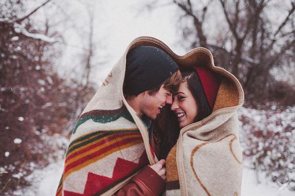 """Aşk acısının kalbimizi kırdığı hatta bazı durumlarda sağlığımızı olumsuz etkilediği de bir gerçek. Acıbadem Maslak Hastanesi'nden Uzman Psikolog Gizem Hatipoğlu """"Aşık olduğumuzda midemizde kelebekler uçuşuyor, aşık olduğumuz kişiyi görünce kalbimiz daha hızlı çarpıyor, beklenmedik anda onunla karşılaşınca dizlerimizin bağı çözülüyor. Evet aşık olunca kendimizi birçok yönden farklı hissediyoruz. Çünkü bunlar aşkın neden olduğu kimyasal değişimlerden kaynaklanıyor"""" diyor. Peki ama nasıl ve neden?   Uzman Psikolog Gizem Hatipoğlu, 14 Şubat Sevgililer Günü kapsamında aşkın yol açtığı 5 sihirli değişimin nedenini ve nasılını anlattı, önemli uyarılar ve önerilerde bulundu."""