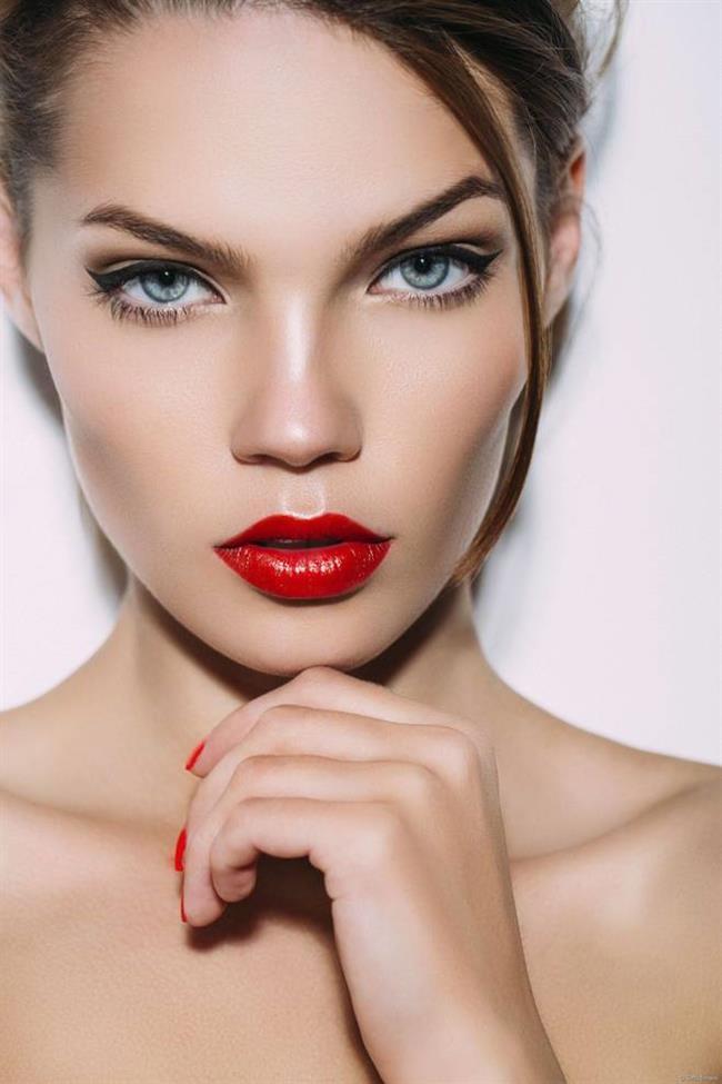 Kırmızı Ruj  Yüzünüzü ince gösterebilmek için uygulanacak bir diğer makyaj tekniği de dikkatleri ruja çekmektir. Kırmızı ya da açık pembe bir ruj kullanarak, üstüne bir de parlatıcı sürerek dikkatleri oraya çekersiniz kimse yanaklarınıza bakmaz. Ayrıca göz makyajı da belirgin olursa dikkat çekici olacaktır. Buradaki amaç yanaklarınıza yaptığınız kontürlemeyi gizleyebilmektir.