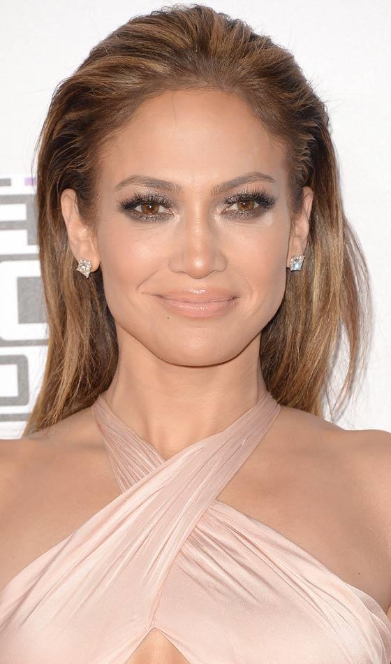 Jennifer Lopez, ıslak saç modasının öncülerindendir aslında. Son zamanlarda onu ıslak topuz modeliyle görmekteyiz.