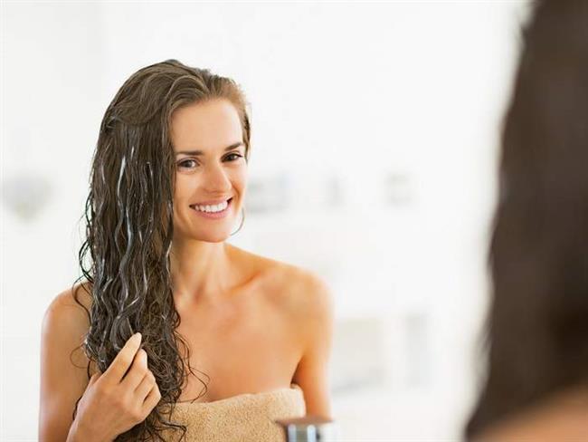 """Salatalık, Bal:  Üç yemek kaşığı salatalık suyu, bir yemek kaşığı bal, bir yemek kaşığı zeytinyağı ve iki yumurta sarısını karıştırın. Bu karışım saçlarınıza masaj yaparak yedirin ve streçle sarın. Yarım saat sonra saçlarınızı çok az şampuan kullanarak yıkayın. Bu işlemi haftada üç kez tekrarlayın.  <a href=  http://mahmure.hurriyet.com.tr/foto/guzellik/sac-kirikliklarini-onarmanin-puf-noktalari_41542  style=""""color:red; font:bold 11pt arial; text-decoration:none;""""  target=""""_blank"""">  Saç Kırıklıklarını Onarmanın Püf Noktaları İçin Tıklayınız!"""