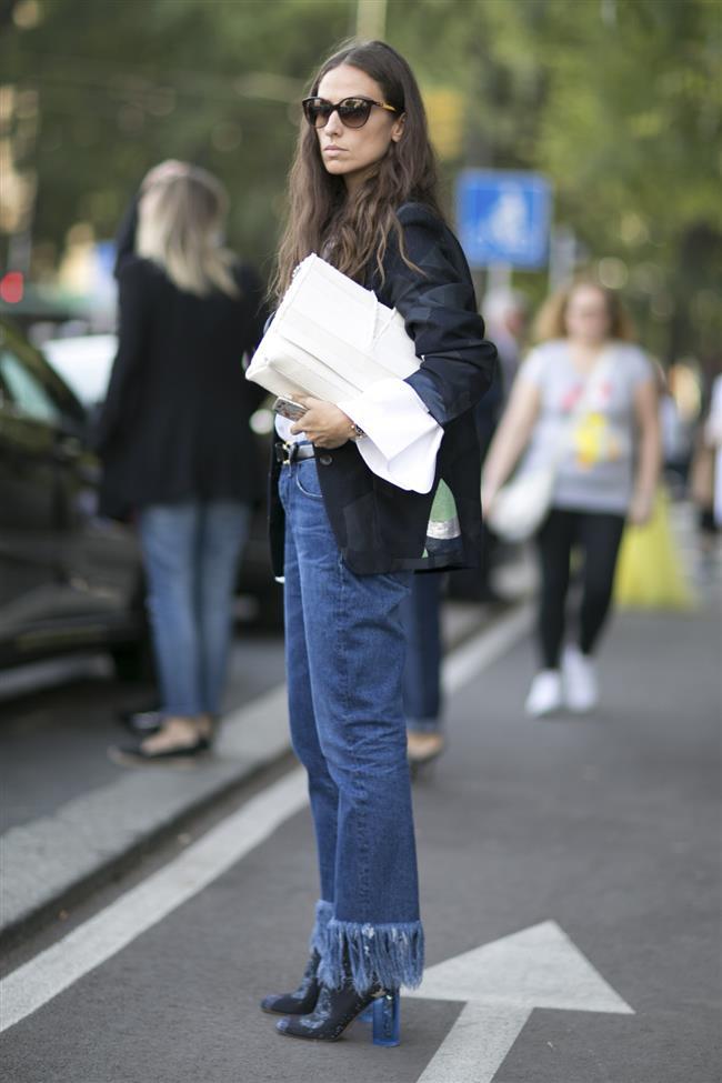 Bayanların yakın mercek altına aldıkları yıpranmış yırtık jean modası, 70'lerin püskül detayıyla birleşerek son moda trendleri arasındaki yerini alıyor.