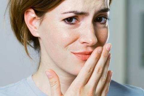 Kötü nefes kokusunu önlüyor  Ayva anti-bakteriyel özelliği sayesinde birçok mikroorganizmanın vücutta çoğalmasına engel oluyor. Ağızdaki bakterileri yok ederek kötü nefes kokusunu hafifletici etki gösteriyor.