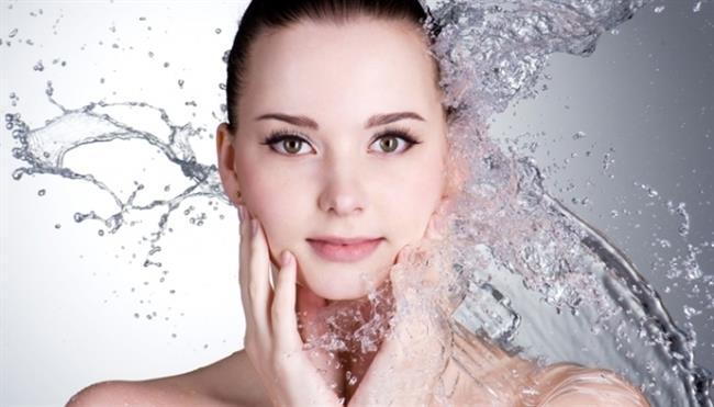 Makyaj yapmaya başlamadan önce yüzünüzü makyaja hazırlamalısınız. Bunun için cilt temizleme toniği kullanabilirsiniz. Ardından mevsim kış veya yaz olsun, parmak uçlarınızla az miktarda güneş koruyucuyu yüzünüze yedirin.
