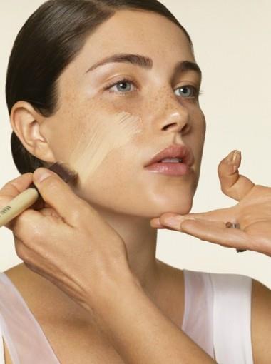 Üzerine yine parmak uçlarınızla hafif hafif masajlar yaparak fondöteninizi uygulayın. Eğer ki yüzünüzde açıklı-koyulu cilt lekeleri var ise, fondöten renk tercihinizi, cildinizdeki koyu renge yakın tonlardan yana kullanmalısınız.