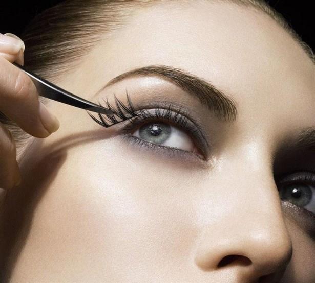 Eye-liner yerine göz kalemi kullanın. Rimel-maskaraya dikkat! Maskarayı sürerken işlemi aşağıya doğru bakarak uygulamaya dikkat edin.