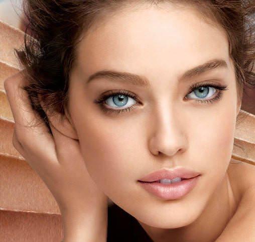 Cildi güzelleştiriyor  Kuşburnu A vitamini açısından zengin oluşuyla cildin elastikiyetini korumasını sağlıyor ve yaşlanmasını geciktirici etki yaratıyor. Kolajen seviyesini de artırıyor. Yara izleri ve akneleri gideriyor. Kuşburnunun çekirdekleri, gamalinoleik asit (GLA) yönünden zengin. Gamalinoleik asit, cilde canlılık kazandırıyor ve güneş kaynaklı yanıklarda da fayda sağlıyor.