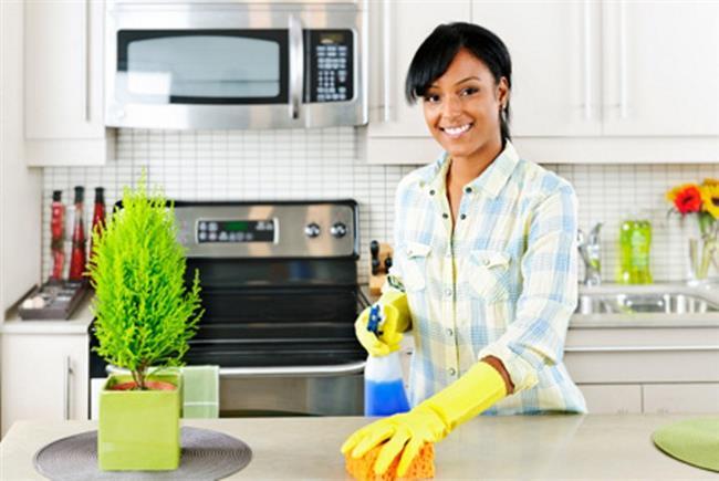 2. Mutfak lavabosu ve tezgah üstleri de mutlaka ekstra hijyen sağlanması gereken alanlardır. Buralarda da antibakteriyel temizlik malzemeleri kullanmalıyız. Tuza batırılmış limon veya sirke de doğal hijyen sağlayıcı olarak tercih edilebilir.