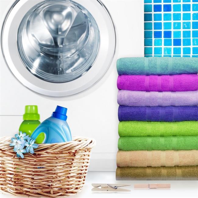 5. Aile üyelerinin ortak kullandığı havlu ve mutfak bezlerini, çarşaf ve nevresimleri, bunların yanı sıra iç çamaşırı ve çorap gibi kişisel ürünleri hijyen önceliği olan çamaşırlar olarak sıralayabiliriz. Bu çamaşırları yıkarken yıkama sıcaklığına, kullandığımız deterjana ve çamaşır suyu gibi katkı maddelerine önem vermeliyiz. Uygun çamaşırlara yüksek ısılı ütü uygulamak da hijyen açısından etkili bir başka yöntemdir.
