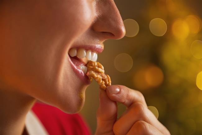 Beyin için en faydalı besin olarak bilinen ceviz kadar etkili, faydalı bir besindir. İçeriğinde yer alan magnezyum ile enerjiyi de arttırır. Kuru üzümün tam bir fayda sağlayabilmesi için tüketirkençekirdeklerinin ayıklanmaması gerekir.