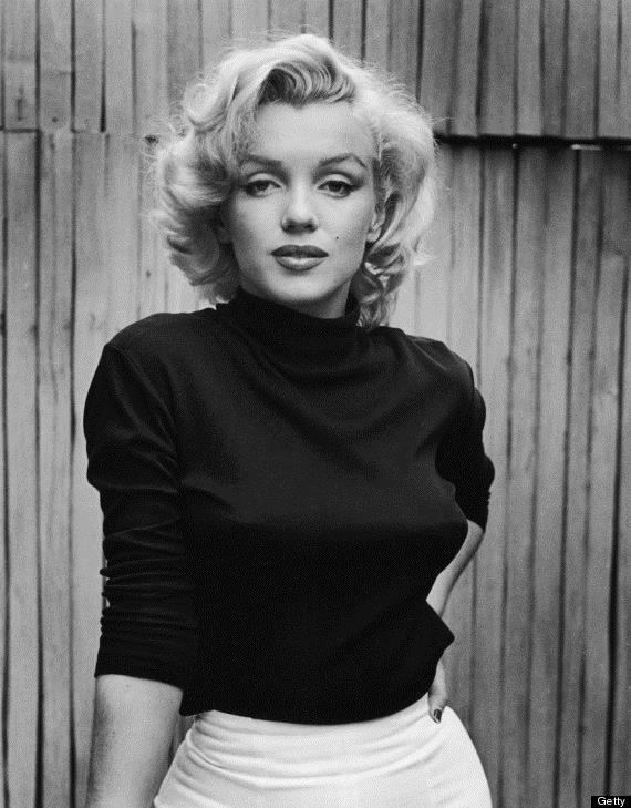"""MARİLYN MONROE   Popüler kültür ikonu Marilyn Monroe, ışıltılı hayatının arka perdesinde, psikolojik problemleriyle baş etmek için alkol ve uyuşturucuya sığınmıştı. Monroe'nun hayatını anlatan belgeselde doktoru Hyman Engelberg, """"Marilyn, manik depresifti... Ruh halindeki büyük dalgalanmalar yüzünden çok zor günler geçirdi"""" diyor."""