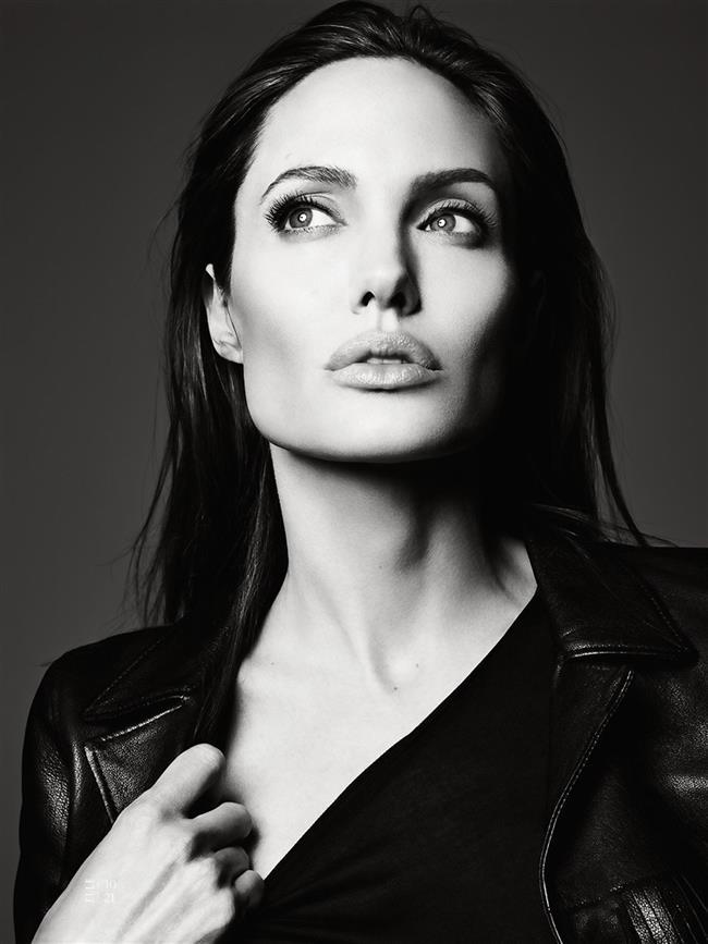 ANGELINA JOLIE  Jolie'nin lezbiyen ilişki yaşadığı Jenny Shimizu güzel yıldızın sekse tutkun olduğunu söylemişti. Shimuzu Jolie'nin yatak odasında kullanmaktan hoşlandığı bid bıçak koleksiyonuna sahip olduğunu da sözlerine eklemişti.