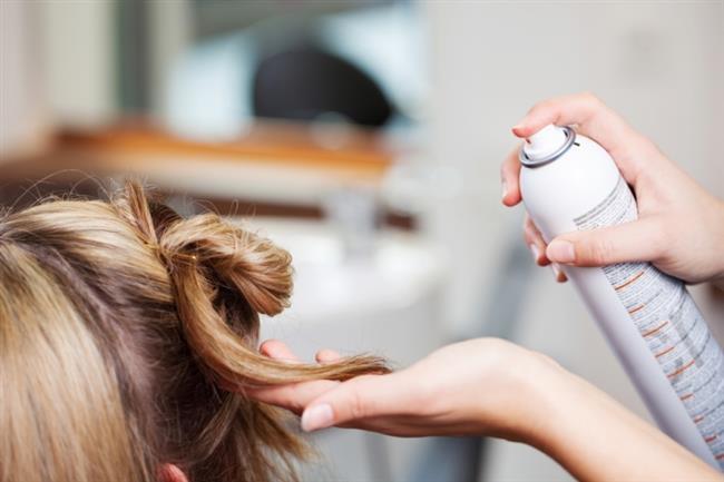 Saçlara sürülen jöle , briyantin , saç spreyi gibi ürünler saç derisinde kepek oluşumuna neden olur. Saç için kullanılan bir çok ürün içerisinde kimyasal maddeler barındırır ve bu maddeler saç derinizdeki gözenekleri kapatır. Buda kepeğe davetiye çıkartır.