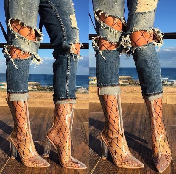 Günlük kullanımda ise yırtık kot pantolon modellerinin içerisinde tercih etmeniz daha şık görünmenizi sağlayacaktır.