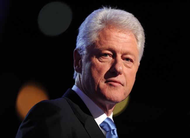Bill Clinton'ın eski metresi Jennifer Flowers Clinton'ın bir swinger olduğunu ve eşi Hillary Clinton'un da bir lezbiyen olduğunu iddia ediyor.