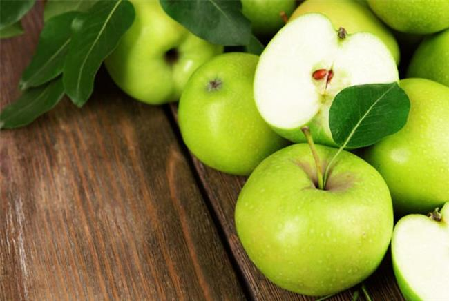 Özellikle kış aylarında bol bol yediğimiz elmanın hem vücut hem de cilt sağlığı için sayısız faydası vardır.