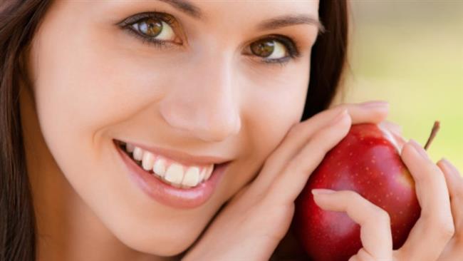 """Cildi Nemlendirir  Elma cildinizi nemlendirirken bir yandan da temizler. Bunun için tek yapmanız gereken bir dilim elma kesmek ve suyu bitine kadar yüzünüze uygulamaktır. Bu işlem ile hem vücudunuzdaki yağ üretimi dengelenecek hem de yüzünüz nem kazanacaktır.  <a href= http://mahmure.hurriyet.com.tr/foto/guzellik/hangi-besinler-cilde-iyi-gelir_39015 style=""""color:red; font:bold 11pt arial; text-decoration:none;""""  target=""""_blank""""> Hangi Besinler Cilde İyi Gelir!"""