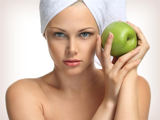 Güneş Işınlarına Karşı Koruma Sağlar  Elmanın içerisinde güneş ışınlarına karşı ekstra koruma sağlayan savunma parçacıkları yer alır. Elma ile güneş yanıkları tedavi edilebilir ve bu yanıkların soyulması engellenebilir. Yanıklara karşı rendelemiş olduğunuz elma ile bir çay kaşığı gliserini karıştırın ve bu karışımı cildinize sürün. Yaklaşık 15 dakika bekledikten sonra soğuk su ile yıkayın.
