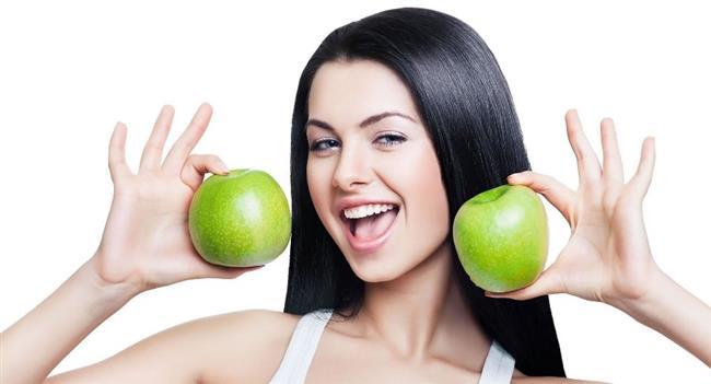 Cilt Kanserini Önler  Elmanın içerisinde az miktarda bulunan A Vitamini cilt gelişiminde önemli rol oynar ve böylece olgunlaşmamış cildi olgun ve fonksiyonel bir cilde dönüştürür. A Vitamini ayrıca cilt kanserine yakalanma riskini azaltır. Bir büyük elma günlük A Vitamini ihtiyacının kadınlarda %5 erkeklerde ise %4'ünü karşılar.