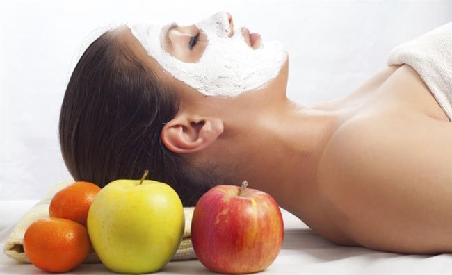 Elma Çok İyi Bir Toniktir  Elma ve elma suyu sirkesi cildinize gerginlik kazandırabilecek tonik özelliği görürler. Elma suyu sirkesi gözeneklerde birikmiş ve akneye yol açan yağın temizlenmesine yardımcı olur. Elma suyu ayrıca cildin PH seviyelerini dengeler ve böylece cildin kendi yağlarının aşırı üretimine de engel olur. Tek yapmanız gereken bir parça pamuğa elma suyu sirkesi dökmek ve yüzünüzü bununla silmektir. Elma suyu sirkesi tonikle aynı etkiyi yaratacak ve akneleri cildinizden uzak tutacaktır