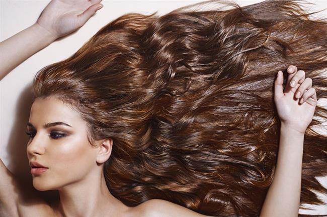 Daha Uzun ve Daha Sağlıklı Saçlara Sahip Olmanıza Yardımcı Olur  Birçok kişinin hayali uzun ve parlak saçlara sahip olmaktır. Bu lezzetli meyve ise bu hayale ulaşılmasına yardımcı olur. Bunun sebebi ise elmanın içeriğinde procynidin B-2 bileşeninin olmasıdır. Bu bileşen saç gelişimini destekler, saçları kalınlaştırır ve erkeklerdeki kelliği önler.