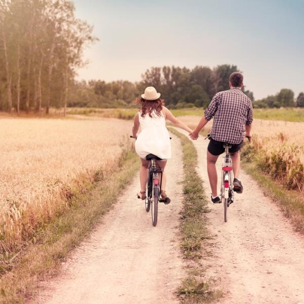 Kendimize benzeyeni Seçiyoruz!  Aslında kişiler eşlerini de kendisine benzeyen kişilerden seçiyor. Yapılan bir çalışmanın sonucuna göre, eş seçimi ile ilgili yapılan testlerde kişilerin, kendilerine gösterilen ve içinde yüzlerin olduğu fotoğraflardan, genellikle kendilerine benzeyenleri seçme eğiliminde olduğu saptanmış. Görünüşte olduğu gibi kişilik seçiminde de kendi geçmişi (çoğunlukla aile ya da çocuklukta yakın olanlar) hatırlatan kişiler tercih ediliyor.