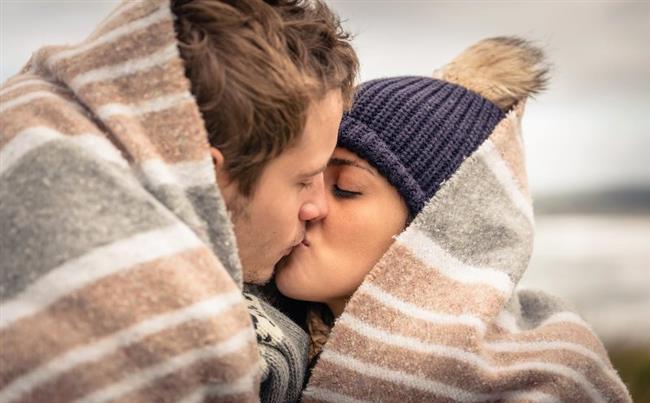 """Aşk insanı mutlu mu eder, yoksa depresif mi yapar?   *Aşık olan kişi öğrenmeye daha açıktır.  *Çalışmaktan keyif alır, daha coşkuludur.  *Sağlıklı aşk kişiyi mutlu eder, bağımlı aşk ise depresif yapar.  *Aşk agresifliği azaltır, kişi daha hoşgörülüdür.  *Aşık olan kişi çevresine baskı ve öfke saçmaz, tam tersi pozitif ve uyumludur.  <a href= http://mahmure.hurriyet.com.tr/ask-iliskiler/iliskiler/aski-guclendiren-eglenceli-oneriler_1078290 style=""""color:red; font:bold 11pt arial; text-decoration:none;""""  target=""""_blank""""> Aşkı Güçlendiren Eğlenceli Öneriler İçin Tıklayın!"""