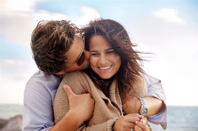 Aşık olduğumuzda vücudumuzda neler oluyor?  Aşık olan kişilerin beyinlerindeki kan akışının değiştiği saptanmıştır. Özellikle aşırı yoğun tutku ile birlikte beyinde 'Dopamin, Oksitosin, Prolaktin, Noradrenalin, ve Feniletilamin' maddelerinin salgıları artar. -Ellerde titreme ve terleme -Kalp çarpıntısı -Nefes alışverişinde artma -Tükürük salgısının azalması -Yüzün soluklaşması veya kızarması gibi bedensel tepkimeler gözleniyor.