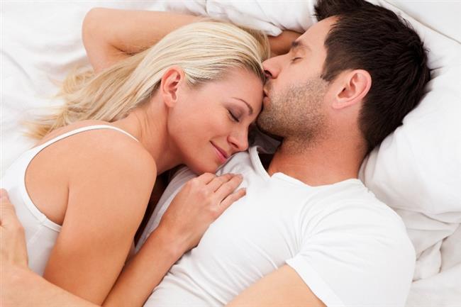 Aşık olan kişinin beyni ile aşık olmayan kişinin beyni arasında fark var mı?  Aşk, vücutta aralarında endorfinin de bulunduğu mutluluk hormonlarını artırır. Aşk beyindeki kimyasal işleyişi canlandıran, hızlandıran, aktive eden en temel duygudur. Beyin ne kadar donanımlı ise aşk hayatı da o kadar iyidir. Kişinin beyni kısır, donuk, paylaşıma açık değil ise aşk hayatı da o kadar kısırdır. Aşk zihni açar, adeta hormonları canlandırır.