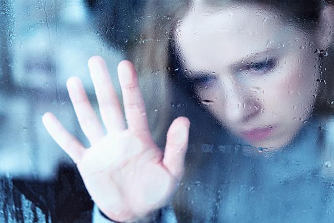 Aşk neden acı veriyor?  İlişki istendiği gibi gitmediğinde hayat kabusa dönebiliyor. Pek çok kişi hayatının bir döneminde sevdiği kişi tarafından reddedilme durumuyla karşılaşabiliyor. Özellikle geçmişinde büyük kayıplar yaşamış kişiler ayrılığa karşı daha duyarlı ve savunmasız olabiliyor. Bu gibi durumda genel olarak kişide; umutsuzluk, öfke gibi duygular oluşuyor. Yalnızlık korkusu, karamsarlık, hayatı yaşamaya değer bulmama, hayatın anlamsızlığı, düşünülüyor. Evden dışarı çıkmama, günlük hayatın aksaması gibi durumlarla karşılaşılıyor. Derin bir acı yaşanıyor. Ölüm düşünceleri, intihara eğilime kadar giden depresyon görülebiliyor.