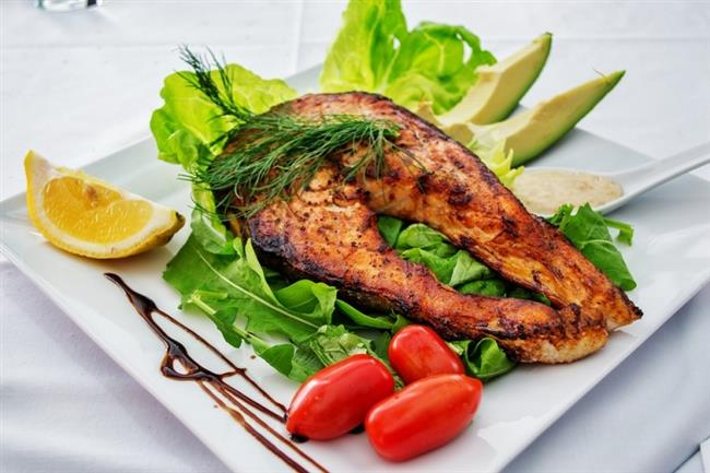11. Eklem hastalıklarından koruyor  Balık tüketimi özellikle iltihaplı eklem hastalıklarına karşı koruyucu etki gösteriyor. Balık içerdiği omega 3 yağ asitleri sayesinde antienflamuar özelliğe sahip ve bağışıklık sistemini destekleyerek vücutta inflamasyon (iltihap) oluşumunu önlüyor. Bu sayede de romatoid artrit, osteoartrit gibi eklem hastalıklarının görülme sıklığını azaltıyor.