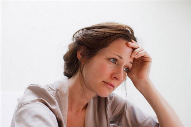 7. Depresyondan korunmada etkili oluyor  Vücudumuzdaki tüm hücre zarlarının yapısı yağ asitlerinden oluşuyor. Bu yağ asitlerinin büyük çoğunluğu ise omega 3 yağ asitleridir. Serotonin, dopamin, noradrenalin gibi kimyasallar beyindeki sinir hücreleri arasındaki iletişimden sorumlu maddeler. Eğer iki sinir hücresinin birbiriyle bağlantı kurduğu noktada sinir iletiminde bozukluk yaşanırsa kişinin duygusal durumunda da bozulmalar meydana gelebiliyor. Bu kimyasalların dengesindeki bozulmanın, özellikle de serotonin azalmasının depresyon belirtilerinin ortaya çıkmasına neden olduğu düşünülüyor.   Çoklu doymamış yağ asitleri vücuttaki diğer hücre zarlarının yapısında olduğu gibi, beyin hücre zarlarının yapısında da bulunuyor. Bu yüzden eksikliği de hücre membran (zar) yapısında bozulmalara neden olarak, sinir iletiminde aksamalara sebebiyet verebiliyor. Depresyondan korunmada haftada 2-3 gün balık tüketmek oldukça önem taşıyor.
