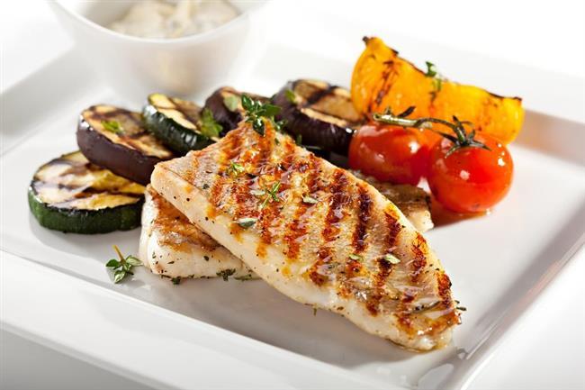 5. Kalp ve damar hastalıklarına karşı koruyor  Yapılan çalışmalar balık tüketimindeki her 20 gramlık artışın kalp damar hastalıklarının oluşma riskini yüzde 7 oranında azalttığını gösteriyor. İçerdiği EPA (eikosapantoenoik) ve DHA (dokosaheksaenoik asit) sayesinde özellikle kötü kolesterol LDL'nin düşmesini sağlayarak, damarlarda pıhtı oluşmasını ve buna bağlı gelişen felç riskini önlüyor.