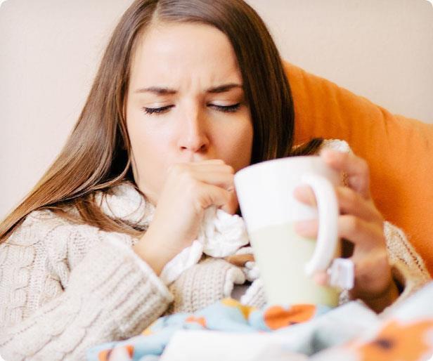 """Kış mevsiminde sıkça görülen üst solunum yolu hastalıklarının tipik belirtisi olan öksürük çoğu zaman """"griptendir"""" düşüncesiyle önemsenmeyebiliyor. Ancak özellikle 8 haftadan uzun süren öksürüğün asla hafife alınmaması gerekiyor. Çünkü dinmeyen öksürük önemli bir hastalığın habercisi olabileceği gibi, bizzat kendisi de zamanla şah damarı yırtılması gibi önemli komplikasyonlara yol açabiliyor.   Acıbadem Üniversitesi Atakent Hastanesi Göğüs Hastalıkları Uzmanı Dr. Pelin Uysal, kimi zaman insanı canından bezdiren inatçı öksürüğün hangi hastalıklara işaret edebileceğini anlattı, önemli bilgiler verdi."""
