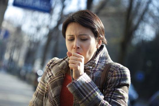 """3. KOAH   Kronik ilerleyici nefes darlığı ile karakterize bir hastalık olan KOAH (Kronik Obstrüktif Akciğer Hastalığı) da, şiddetli ve kronik öksürüğün en ciddi sorumlularından. Göğüs Hastalıkları Uzmanı Dr. Pelin Uysal KOAH hastalığında öksürüğün uzun süreli ve çoğu zaman balgamlı olduğuna dikkat çekerek, """"Öksürüğe sıklıkla nefes darlığı ve tıkanma da eşlik ediyor"""" diyor."""