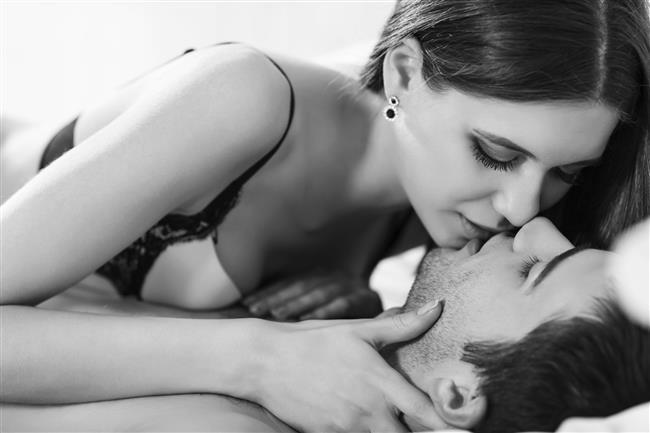 YANLIŞ 7: Öpüşme Veya Dokunma Gibi Yakınlaşmalarla Hamile Kalınabilir  Son derece popüler olan bir başka tuhaf inanç da öpüşme, el ele tutuşma, sarılma gibi sevgi paylaşımlarıyla gebelik yaşanabileceğidir. Gebelik oluşumu için gerekli olan tek şey cinsel organ-vajina birleşimi sırasında erkeğin menisinin vajina içine boşaltılmasıdır. Bu birleşimde de hamilelik olması için kadın yumurtasının uygun ortam ve şartlarda hazır olması ve meni içindeki erkek spermi ile döllenme kabiliyetine sahip olması gerekir. Aynı şekilde erkek sperminin de kadın yumurtasını dölleyebilecek kadar sağlıklı olması şarttır. Bu haller dışındaki hiçbir temas ile gebelik olamaz.