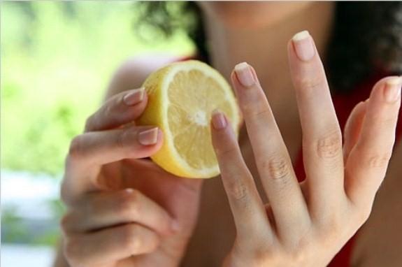 Salataya limon sıktınız ve limonla işinizin bittiğini düşünüyorsanız yanılıyorsunuz. Onu çöpe yollamadan önce tırnaklarınızı ovalamayı unutmayın. Bir süre sonra tırnaklarınızdaki sarılıkların gittiğini ve kırılmaların azaldığını göreceksiniz.