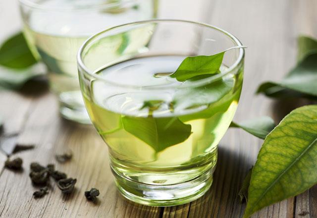Yeşil çay  Metabolizmanın daha hızlı çalışmasına yardım ederek kilo kaybına katkı sağlayan, ani kan şekeri değişikliklerinin önüne geçen yeşil çay serbest radikallerle savaşan antioksidanlardan zengin ve bu sayede bağışıklık sistemini güçlendiriyor. Ancak yeşil çayı aşırı kaynar suya eklerseniz, yapraklarındaki antioksidanların etkilerini kaybetmesine neden olursunuz. Bu yüzden yeşil çayınızı kaynar olmayan su kullanarak hazırlayın.