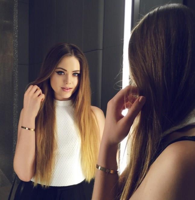 İkizler Burcu:  İkizler kadınının, aktif ve değişimlere açık bir yapısı vardır. Çevreleri ile iyi ilişkiler kurarlar ve dost canlısıdırlar. Uzun ve doğal görünümlü saçlardan hoşlanırlar. Saçları oldukça bakımlı ve genellikle düz modellerdedir. Yürürken saçlarının uçuşmasından keyif alırlar.