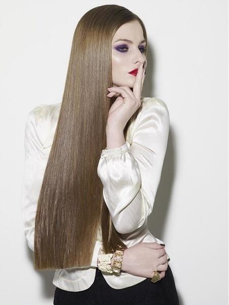 Kova Burcu:  Kova burcu kadını, prensip sahibi ve farklı zevkleri ile tanınır. Çevreleri ile ilişkileri kuvvetlidirler. Mücadeleci ve güçlü inançları olan kova kadınları, karmaşık saç modellerinden hoşlanmazlar. Saç bakımlarına özen gösterirler ve çeşitli kremler uygularlar. Günlük yaşantısında da bakımlı olan kovalar, karmaşık saçlar yerine fönlü ya da yapılı saçlarla görmek mümkün.
