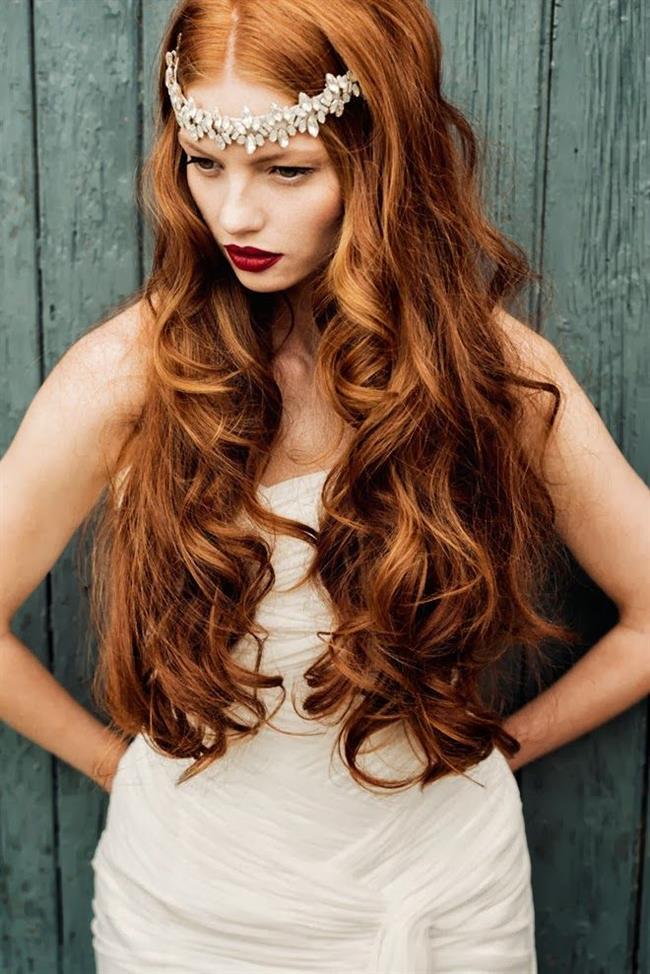 Terazi Burcu:  Seksi ve cazibeli olan terazi kadını, ihtişama ve konfora düşkündür. Terazi kadınının saç modelleri genellikle dikkat çekici, havalı; fakat bir o kadar da doğal görünümlüdür. Koyu renk saçlardan hoşlanan teraziler, zaman zaman saçlarına doğal bir ışıltı vermeyi tercih ederler. Uzun ve dalgalı saç modelleri tam terazi kadınına göre.   Burcunuza Uygun Makyaj İçin Tıklayın!