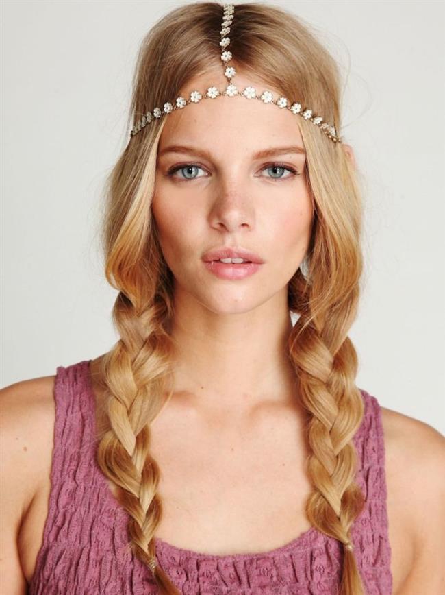 Yay Burcu:  Özgür ruhlu yay kadını, ani kararları ile tanınır; fakat aldığı kararlardan bir anda da vazgeçebilir. Yay burcu kadını doğal görünümlü saçlardan hoşlanırlar, bu nedenle saçlarına jöle ya da saç spreyi sıkmazlar. Saçları genellikle uzun ve sarı renktedir