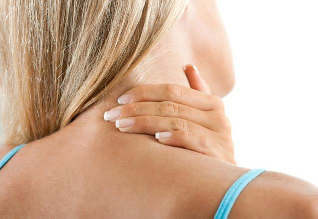 Boyun ağrılarınız için 4 numaralı bölgeye basınç uygulayabilirsiniz. Mandalla çok bastırmadan ara ara basınç uygulayın. Boyun bölgenizin rahatladığını farkedeceksiniz.