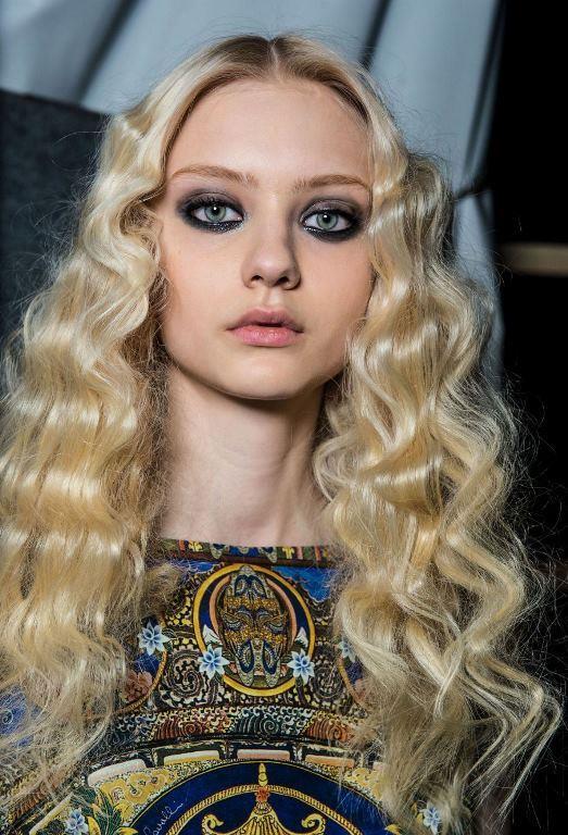 Son dönemde 90'ların popüler saç trendi tostu artık geride bırakma zamanı.  İşte yılın yükselen saç trendi zikzak bukleler!