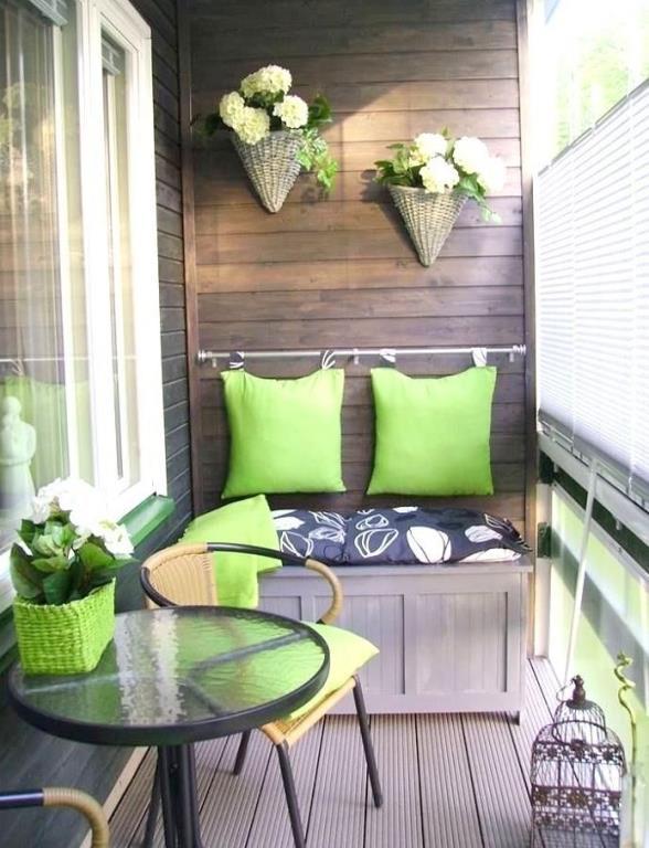 """Dar balkonlar için dekorasyon fikirleri   Balkonunuz gerçekten aşırı küçük olsa da onun keyfini çıkarmayı öğrenmelisiniz. Yan yana duran küçük birer sandalye ve sehpa ortamı değiştirmeye yetecekken, bir de yere yerleştireceğiniz küçük çiçekler sevmediğiniz balkonunuzu gözde mekanınız yapabilir.  <a href=  http://mahmure.hurriyet.com.tr/foto/dekorasyon/2017-dekorasyon-trendleri_41558 style=""""color:red; font:bold 11pt arial; text-decoration:none;""""  target=""""_blank"""">2017 Dekorasyon Trendleri!"""