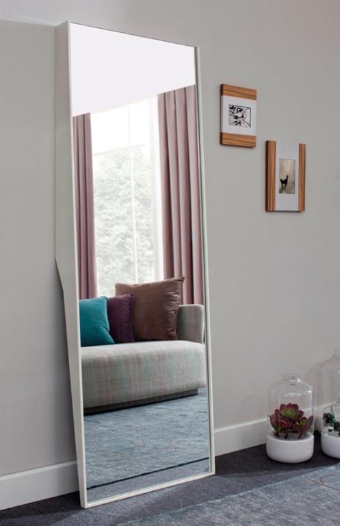 Oturma odasındaki küçük oyuntular için dekorasyon fikirleri   Başka bir gömme bölüm, başka bir boş duvar. En iyi değerlendirme şekli boydan boya bir ayna. Asla kötü görünmez ve salonunuza derinlik katar.