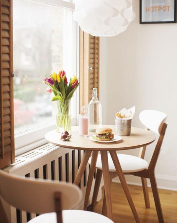 Küçük yemek odanız için dekorasyon fikirleri   Şaşalı, kocaman bir yemek odasına sahip olmayabilirsiniz ama iştah açacak şekilde dizayn ettiğiniz takdirde diğerlerinden hiçbir eksiğiniz kalmayacaktır. Oturma odanızın küçük bir bölümünü yemek odasına çevirin, küçük bir masa ve etrafına dizeceğiniz sandalyelerle bunu halledebilirsiniz.