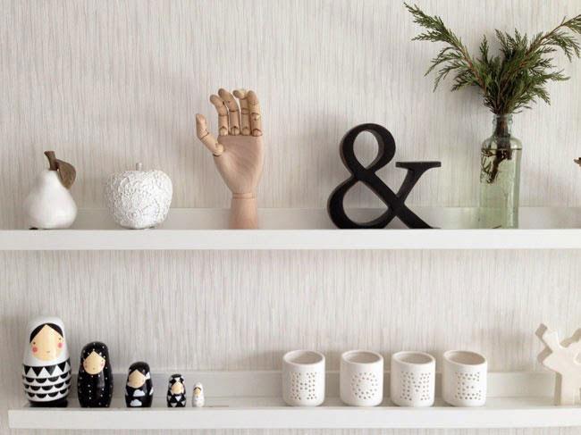 Boş mutfak duvarları için dekorasyon fikirleri   Eğer mutfak duvarlarınızda bir şey yoksa, oraya ne yapılması gerektiği her zaman düşünülen bir konu olur. boş duvarlarınıza raf eklemek,sizin açınızdan hem kullanışlı hem de dekoratif olur. Ayrıca duvarlarınızı küçük tatlı resimleriyle de süsleyebilirsiniz.
