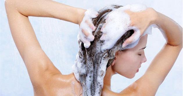 """Her gün saç yıkamak saçınıza bir iyilik değil kötülüktür. Her gün yıkanan saçlar daha çok kırılır ve daha çabuk yıpranır. Saçlarınızı haftada 3 veya 4 kez yıkamak yeterli olacaktır.  <a href=  http://mahmure.hurriyet.com.tr/foto/guzellik/parlak-saclar-icin-10-oneri_41592 style=""""color:red; font:bold 11pt arial; text-decoration:none;""""  target=""""_blank""""> Parlak Saçlar İçin 10 Öneri!"""