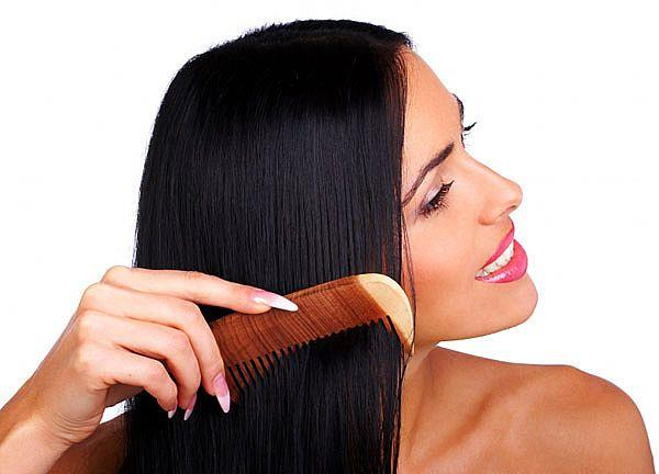 Saçınızı tararken geniş aralıklı ve yumuşak uçlu taraklar kullanmaya özen gösterin. Diğer türlüsü kırılmaya meyilli saçlarınızı daha hızlı bir şekilde kıracaktır.