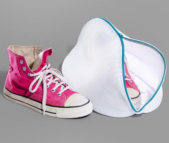 AYAKKABI: 4-5 Ayda Bir Kez  Spor ayakkabılarınızı çamaşır makinesine atmak yerine şu yöntemi deneyin: İki yemek kaşığı talk pudrası, bikarbonatlı soda, iki damla karanfil yağı, iki damla çay ağacı yağı ve iki damla lavanta yağını bir kasede karıştırın. Bir külotlu çorabın içine ayakkabılarınızı koyarak ağzını sıkıca bağlayın. Giymeden önce spor ayakkabılarınızı iyice sallayın. Bakterileri öldüren bu karışım, aynı zamanda çok güzel bir koku da verir. Bunu sıklıkla uygulayabilirsiniz.